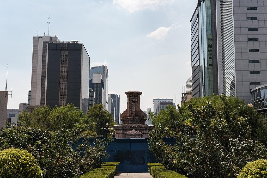 Glorieta de Colón sin la escultura de Cristobal Colón.jpg