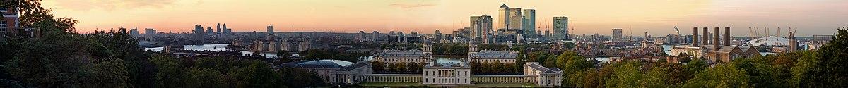 Udsigt fra Greenwich-Park med Queens House og National Maritime Museums flygler i forgrunden.   Længst mod højre ses også The O2's hvide dom.
