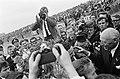 Grote Prijs van Zandvoort, Jim Clark na de race, omstuwd door pers en publiek, Bestanddeelnr 917-9755.jpg