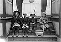 Gruppbild. Ingrid, Gösta Rydbeck, Ingemar Ihre och Erik Rydbeck i Framnäsviken - Nordiska Museet - NMA.0056934.jpg