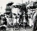 Gudene vender hjem i små kostbare bærestoler efter å ha tatt et bad i Kumbakonams hellige basseng (5256858667).jpg