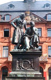 Monumento aos irm�os Grimm em Hanau.