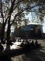 Herbststimmung auf dem Freiburger Platz der Alten Synagoge, im Hintergrund die Universitätsbibliothek.jpg
