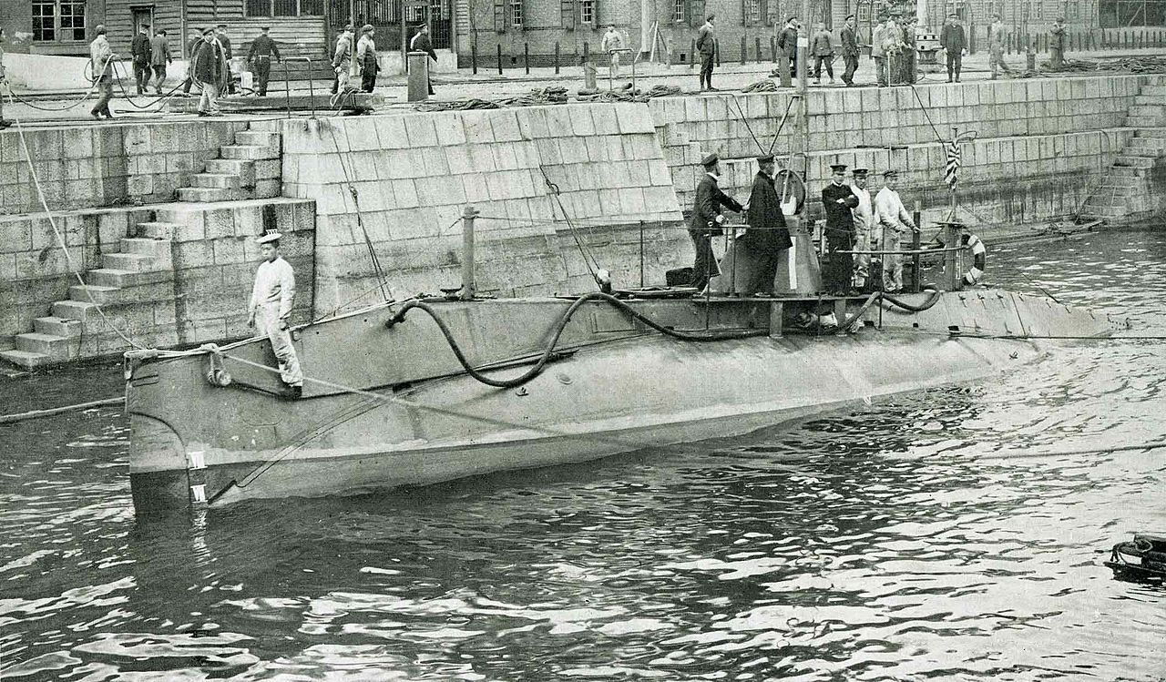 https://upload.wikimedia.org/wikipedia/commons/thumb/d/dd/Holland_1_Class_Submarine_in_the_IJN.jpg/1280px-Holland_1_Class_Submarine_in_the_IJN.jpg