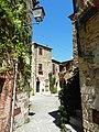 Ingresso a piazza Castello (Montemerano).JPG