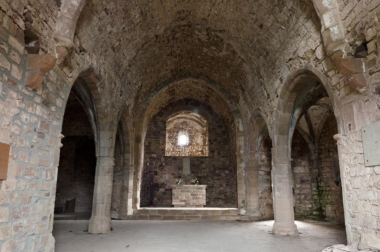 file interior de la iglesia del castillo de