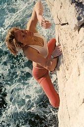 Isabelle Patissier faisant de l'escalade en solo intégral dans les Calanques