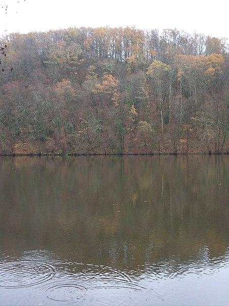 L'Issoire, en amont du barrage, un jour de pluie.