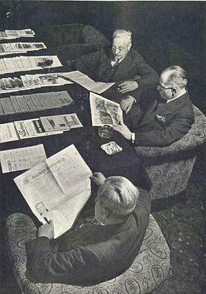 Algemeen Handelsblad - People reading Algemeen Handelsblad