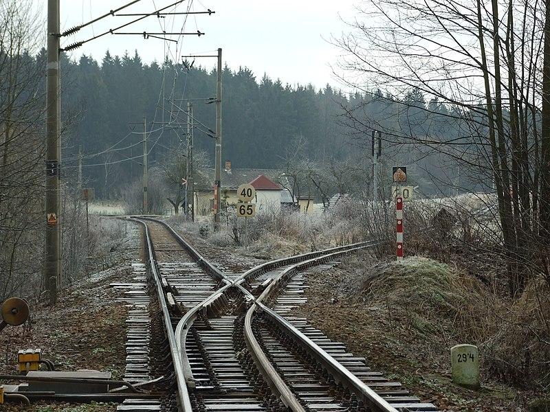 File:Jindřichův Hradec, Dolní Skrýchov, železniční trať do Nové Bystřice-odbočka.JPG