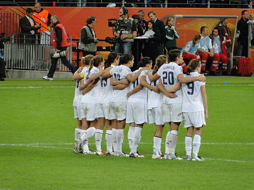 Wambach with teammates during penalty shoot-out in the Final of 2011 FIFA Women's World Cup. Left to right: Buehler-19, Rampone-3 (c), Morgan-13, Lloyd-10, Krieger-11, Heath-17, Wambach-20, O'Reilly-9 Jogadoras dos Estados Unidos no momento da cobranca dos penaltis (DSC01176).jpg