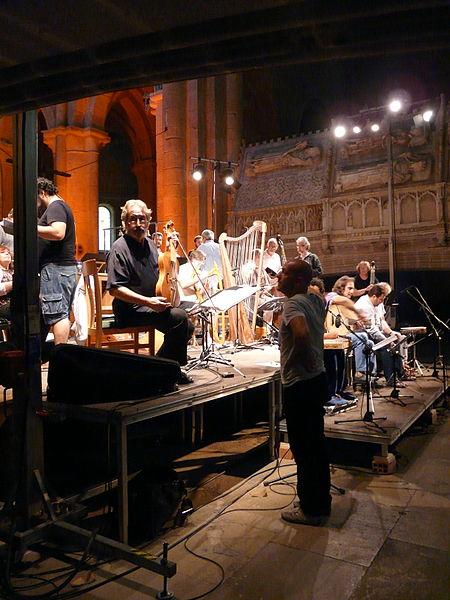 File:Jordi Savall i Hesperion XXI assajant a l'església del Monestir de Poblet P1250129.jpg