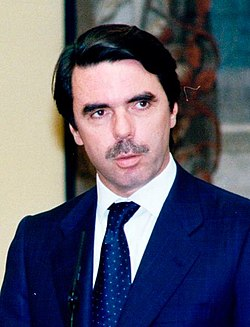 José María Aznar impone al diputado Enrique Múgica la Gran Cruz de la Orden de Isabel la Católica. Pool Moncloa. 12 de mayo de 1999 (cropped).jpeg