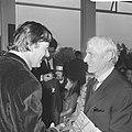 Karel Appel en Willem de Kooning voeren een ontspannen gesprek, Bestanddeelnr 921-6941.jpg