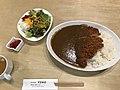 """Kerrie rijst met tonkatsu (gefrituurde varkenskoteletten) en salade in het restaurantje """"Pond"""" in Kōtō-ku, -20 november 2019.jpg"""