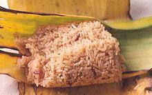 Riso glutinoso cotto e servito all'interno di una foglia di banana, come da tradizione Isan