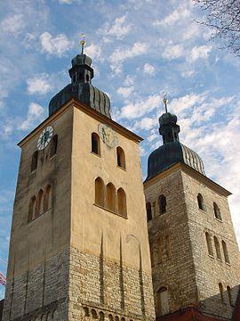 Les tours de l'église abbatiale à Plankstetten en automne
