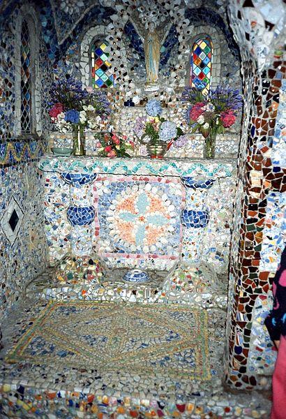 File:Little chapel (inside), Guernsey (1993).jpg