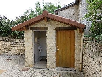 Lucenay - Toilettes publiques église (sept 2018).jpg