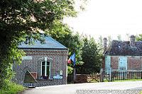 Mairie de Saint-Ouen-Le-Houx (et partie du presbytère).jpg