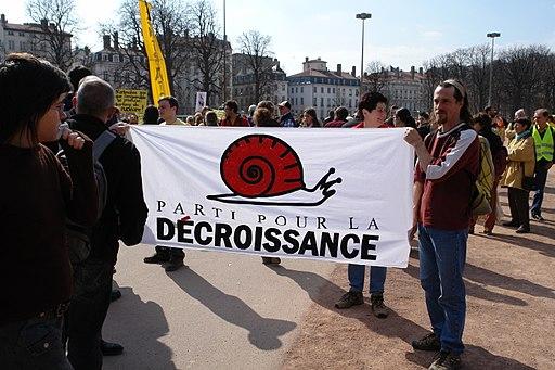 Manif EPR Lyon Bellecour banderole décroissance