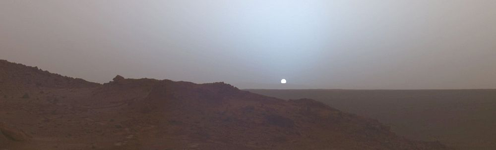 Закат на Марсе 19 мая 2005 года. Снимок марсохода «Спирит», который находился в кратере Гусев