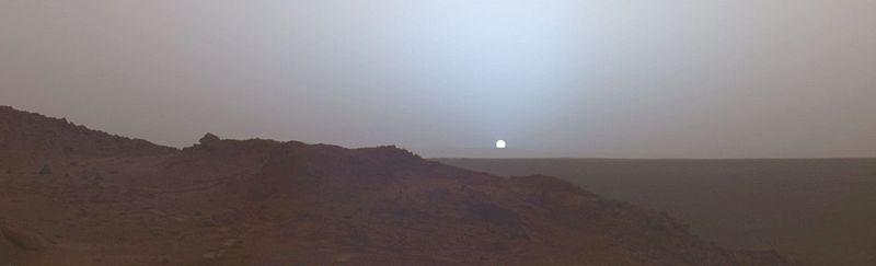 Закат на Марсе 19 мая 2005 года. Снимок марсохода Спирит, который находился в кратере Гусева