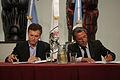 Mauricio Macri firma convenio con el intendente de Neuquén (6546115451).jpg