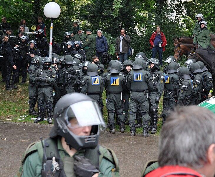 File:MittlererSchlossgartenPolizisten 2010-09-30.jpg