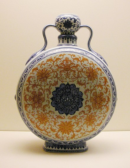 Pilgrim flask, porcelain with underglaze blue and iron-red decoration. Qing dynasty, Qianlong period in the 18th century Museum fur Ostasiatische Kunst Dahlem Berlin Mai 2006 041.jpg