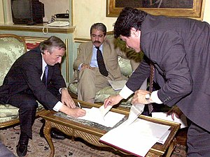 Santiago del Estero Province - President Néstor Kirchner (left) signs the order removing Mrs. Juárez from her post as Governor of Santiago del Estero while Aníbal Fernández watches.
