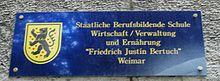 Das Namens-Schild an der zu Ehren Bertuchs benannten Berufsschule in Weimar. (Quelle: Wikimedia)