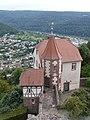 Neckargemünd - Dilsberg - Bergfeste - Blick von Ringmauer über Kommandantenhaus auf Neckarsteinach 2.JPG