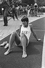 Nederlandse kampioenschappen atletiek in Amsterdam Els Vader rust uit na haar o, Bestanddeelnr 932-2688.jpg