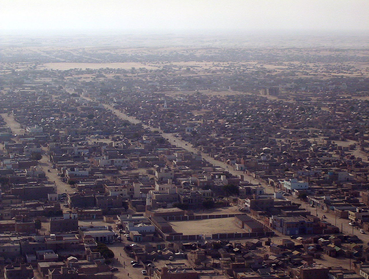 Tampilan udara Nouakchott. Populasi Nouakchott telah meningkat dari 20.000 pada tahun 1969 menjadi hampir 1 juta pada tahun 2013.