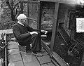 Opa W. H. Kostering , Delft 102 jaar geeft zelf zijn kippen voer, Bestanddeelnr 906-1105.jpg