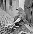Oude vrouw maakt een vuurtje, Bestanddeelnr 254-5484.jpg