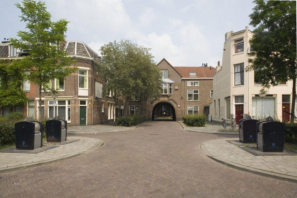 Overzicht woningbouwcomplex, gezien vanaf het Sabangplein. In het midden- poortgebouw naar het Deliplein. - Groningen - 20409269 - RCE.jpg