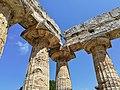 Paestum - Particolare della trabeazione del Templio di Hera.jpg