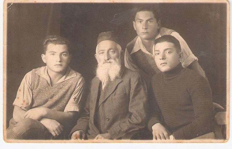 השומר יואש זולר (ראשון משמאל