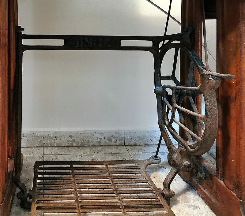החלק התחתון של מכונת תפירה זינגר