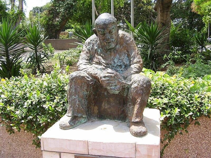 פסל מרדכי שורנשטיין בתל אביב