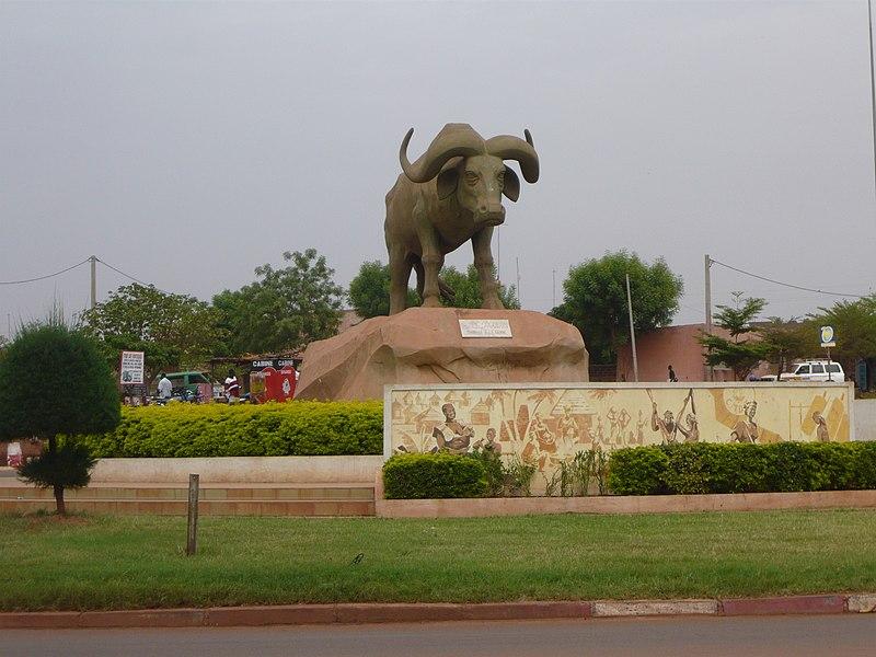 [MALI] - Les monuments sur les ronds-points de Bamako 800px-Place_de_Sogolon_-_Bamako