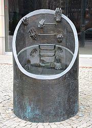 Pomnik ewakuacji bojowników getta warszawskiego przy ul. Prostej 51