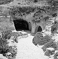 Poorten in de grot met sarcofagen, Bestanddeelnr 255-2625.jpg