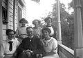 Porträtt av Emil Rydbeck med sina fem döttrar i Anneberg - Nordiska Museet - NMA.0057041.jpg