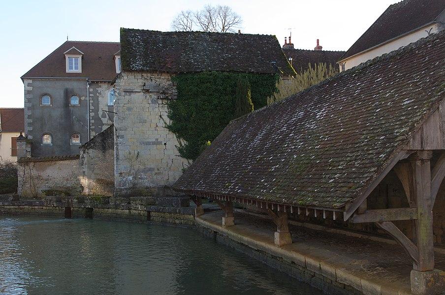 Vue du lavoir à double pans, sur le ruisseau de Cœur.