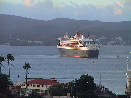 Le Queen Mary 2 dans la baie de Fort-de-France en mars 2004 - Fort-de-France