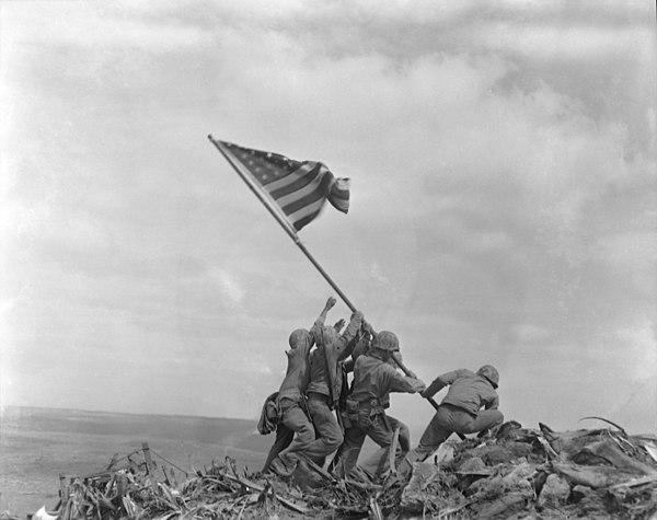 Amerikanska flaggan hissas på toppen av Iwo Jima
