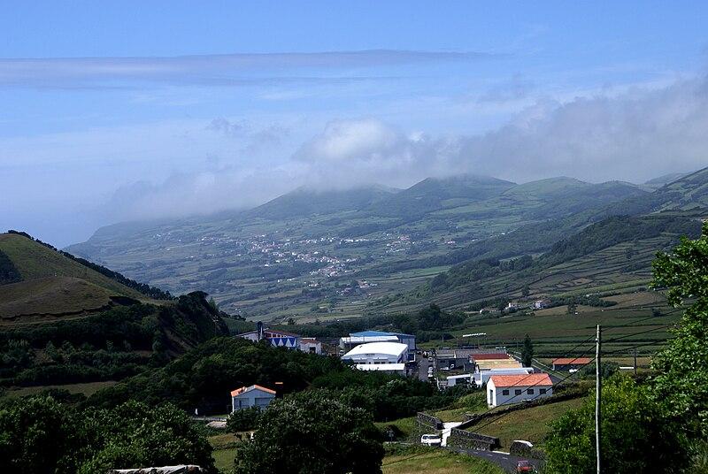 Ficheiro:Rosais na distância, Velas, ilha de São Jorge, Açores.JPG